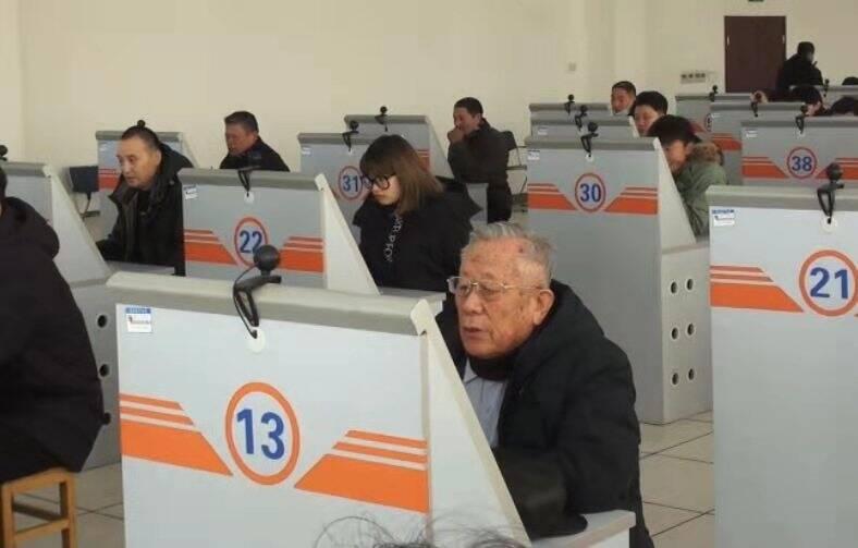 山东83岁年龄最大驾考生 今天开始学习科目二啦