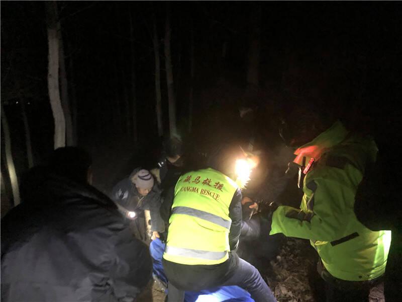 95秒|醉酒男子野外睡着冻僵昏迷 警民联手三小时搜寻救援