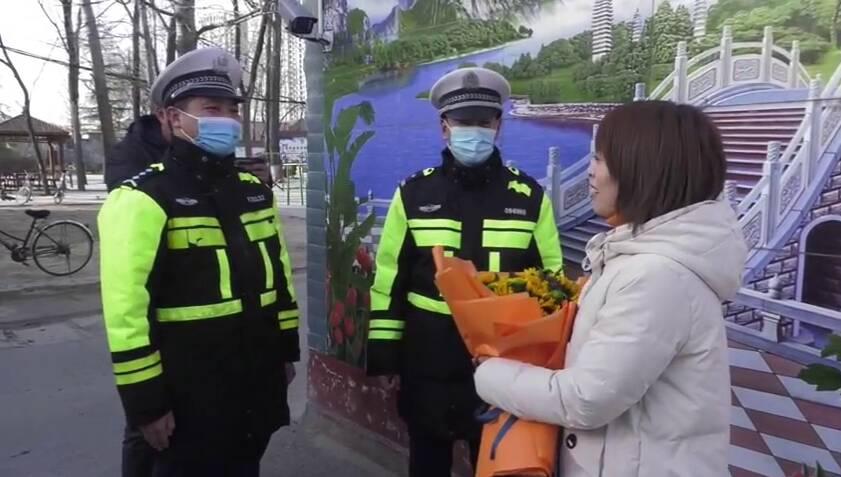 97秒丨找到了!菏泽热心女子悄悄为3位警察买单后转身离去