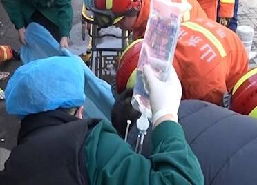 46秒|威海一路口货车盲区撞上电动车 一老人双腿被压车底 消防紧急救援