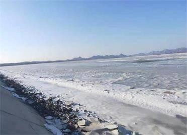 气温回升,乳山海域海冰逐渐融化