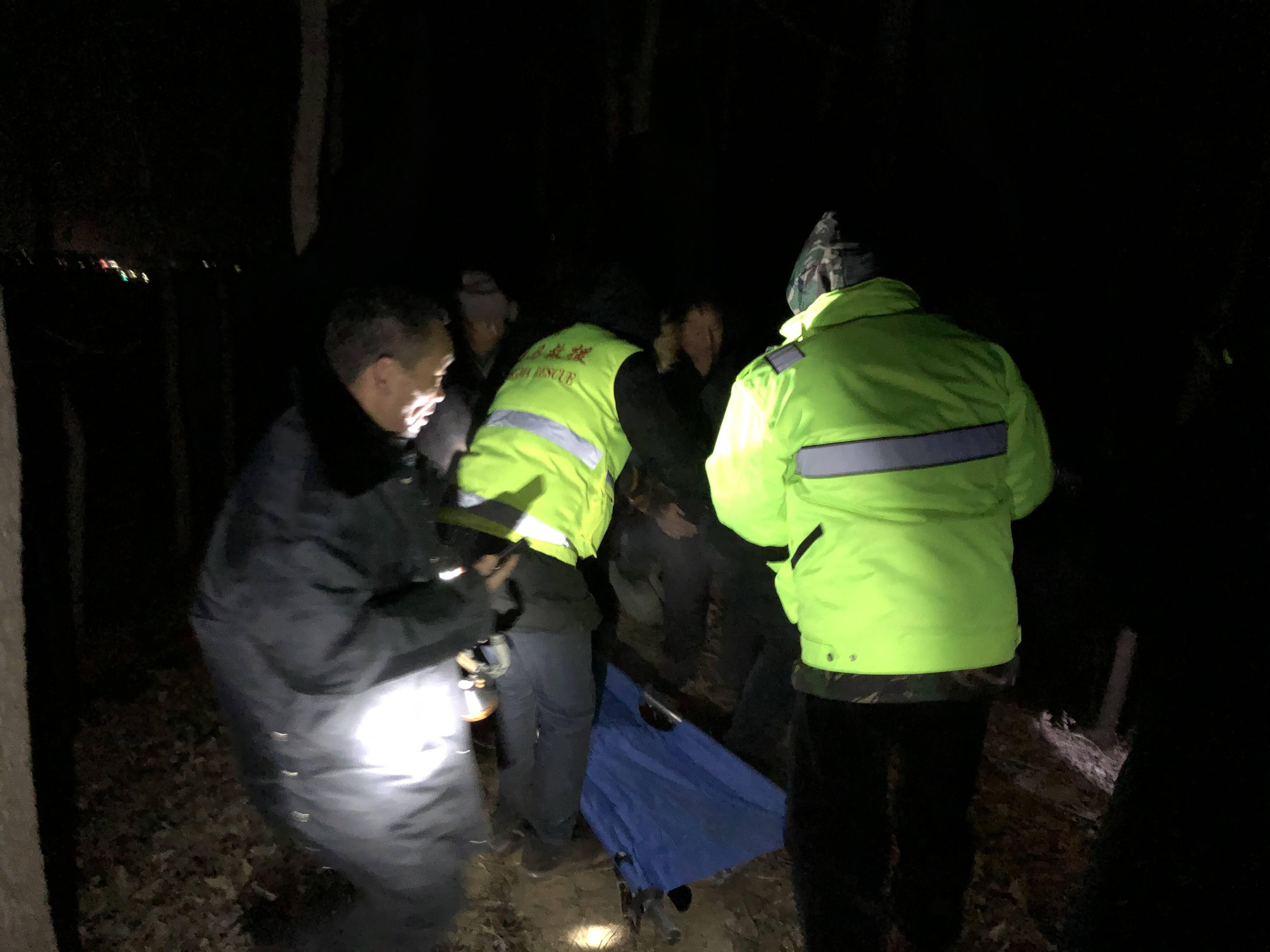青岛男子酒后醉卧小树林 零下18℃天气中警民联手搜救