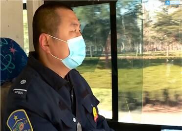 29秒|暖!潍坊电动三轮路边自燃公交司机及时灭火