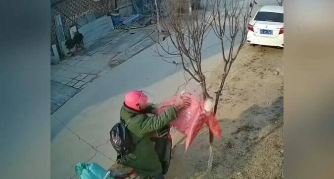 """27秒丨日照一男子专偷女性外套 """"珍藏""""在家只看不卖"""