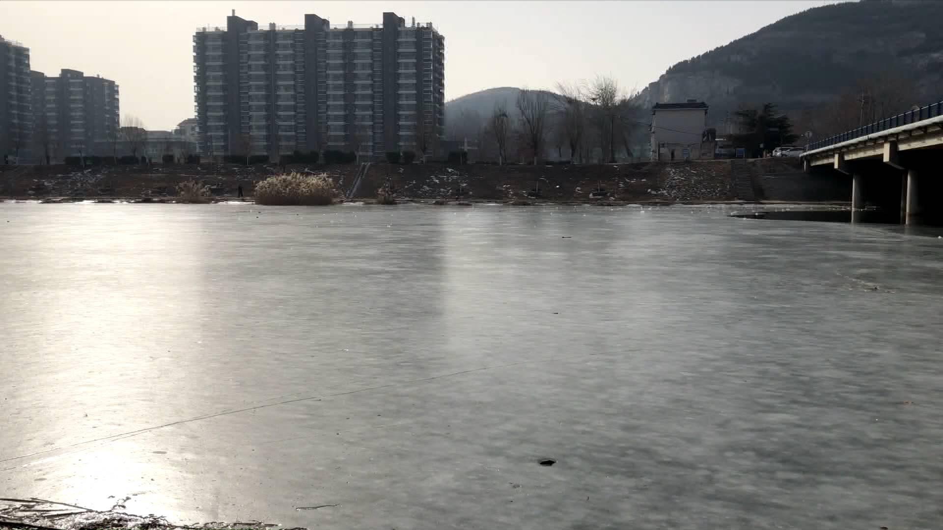 太危险!济南腊山河冰面逐渐融化 切勿溜冰玩耍