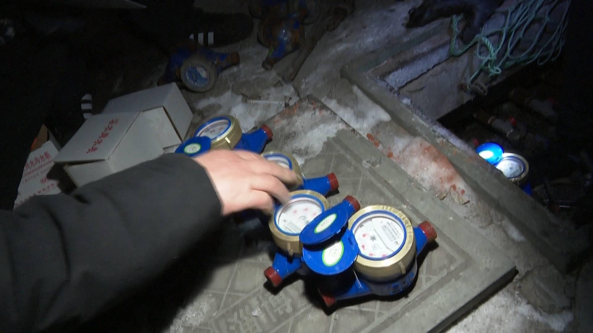管道结冰水表冻裂 淄博自来水维修人员零下15℃工作15个小时抢修保供水