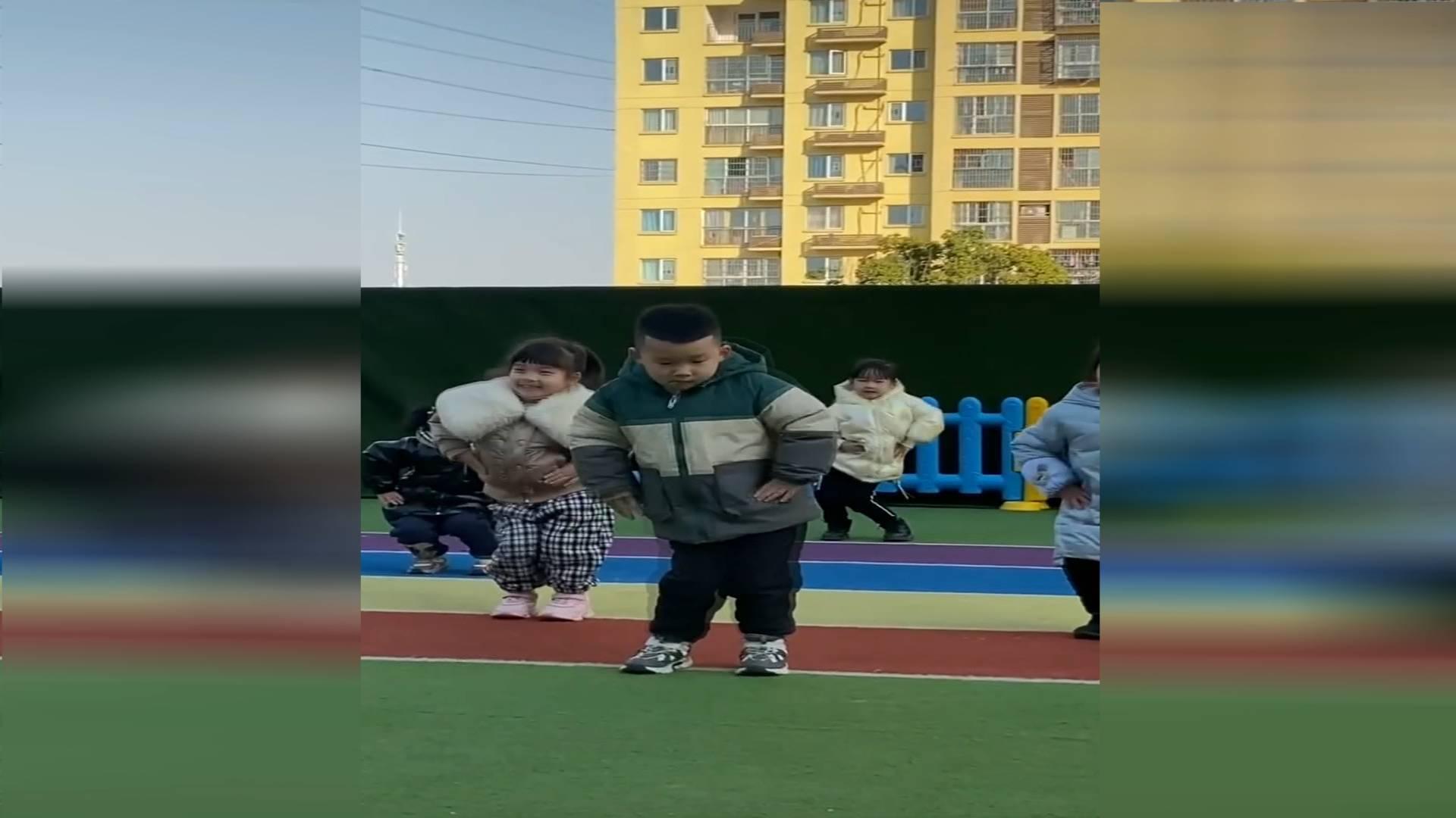 44秒|幼儿园男童带一群女同学跳舞 网友:C位从来不会让人失望!