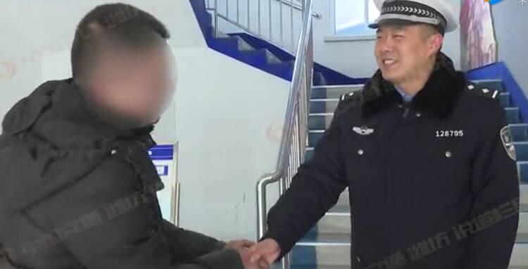 潍坊一面包车人货混装被查 交警却悄悄给司机转了200元