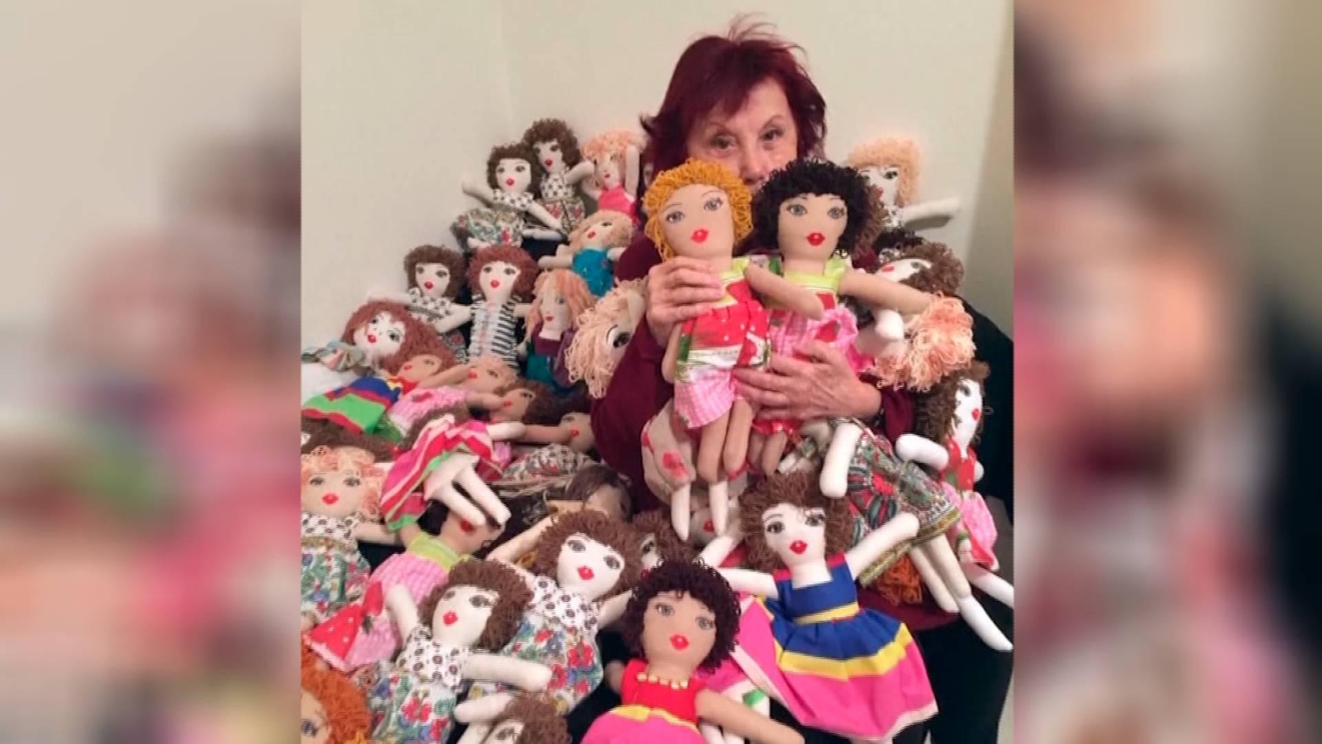 40秒丨黎巴嫩93岁奶奶为孩子缝制100个布娃娃,用爱抚平贝鲁特港大爆炸带来的伤痛