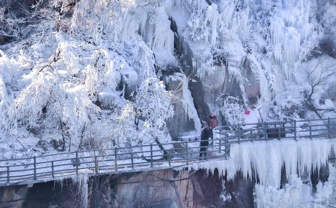 冰雪奇观!临沂天蒙山巅出现百米冰挂奇景