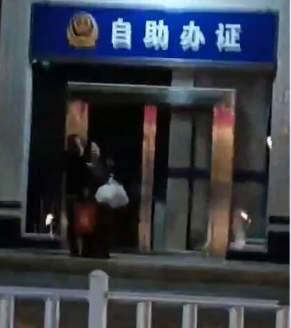 33秒| 男子派出所门口持刀劫持一名女性 警方:人质已经被安全解救