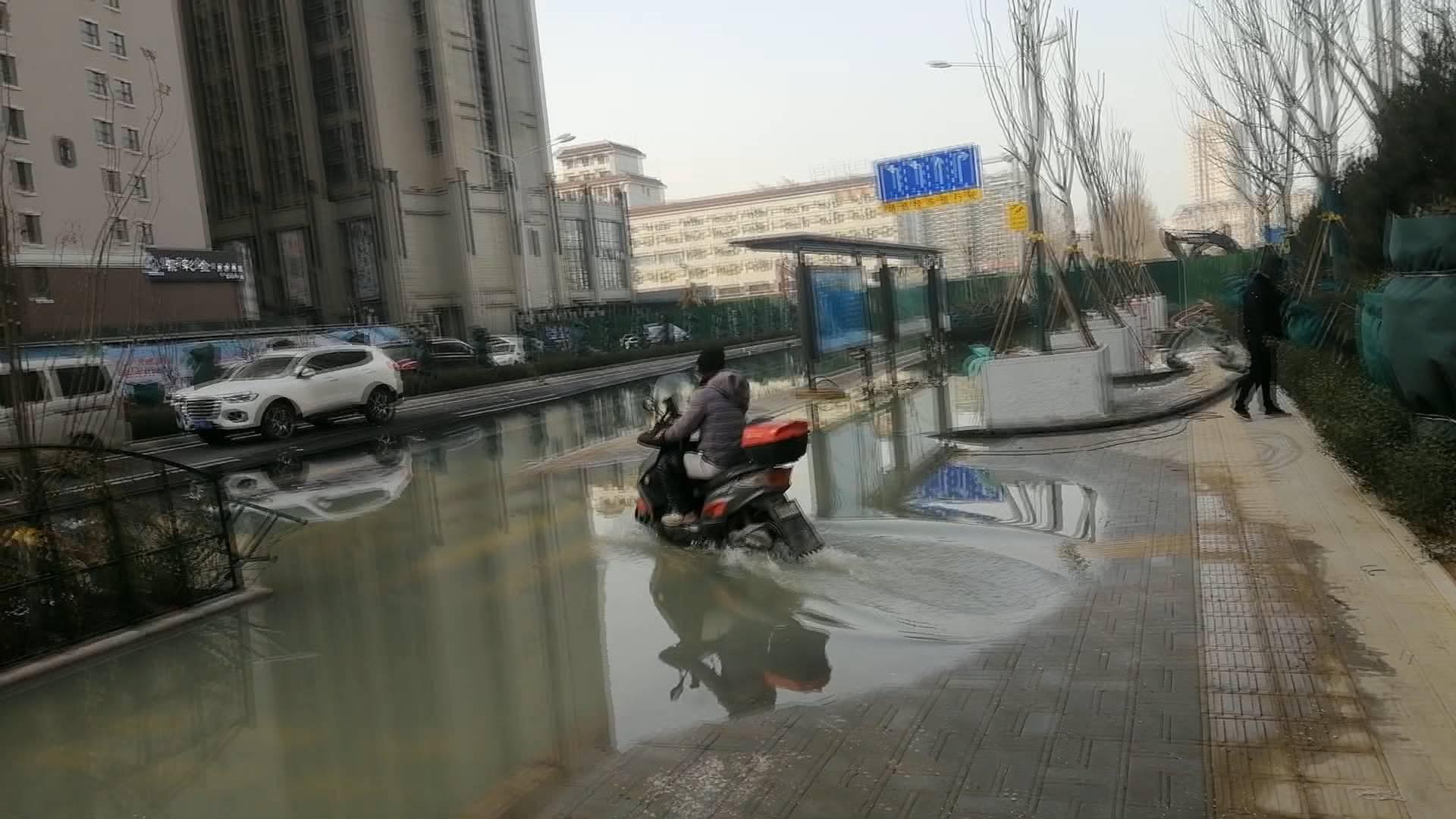 济南世茂天城北区污水覆盖半条街 疑似附近施工挖漏污水管