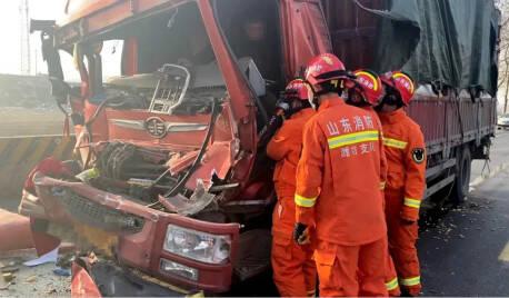 两车追尾一人被困  潍坊诸城消防紧急救援