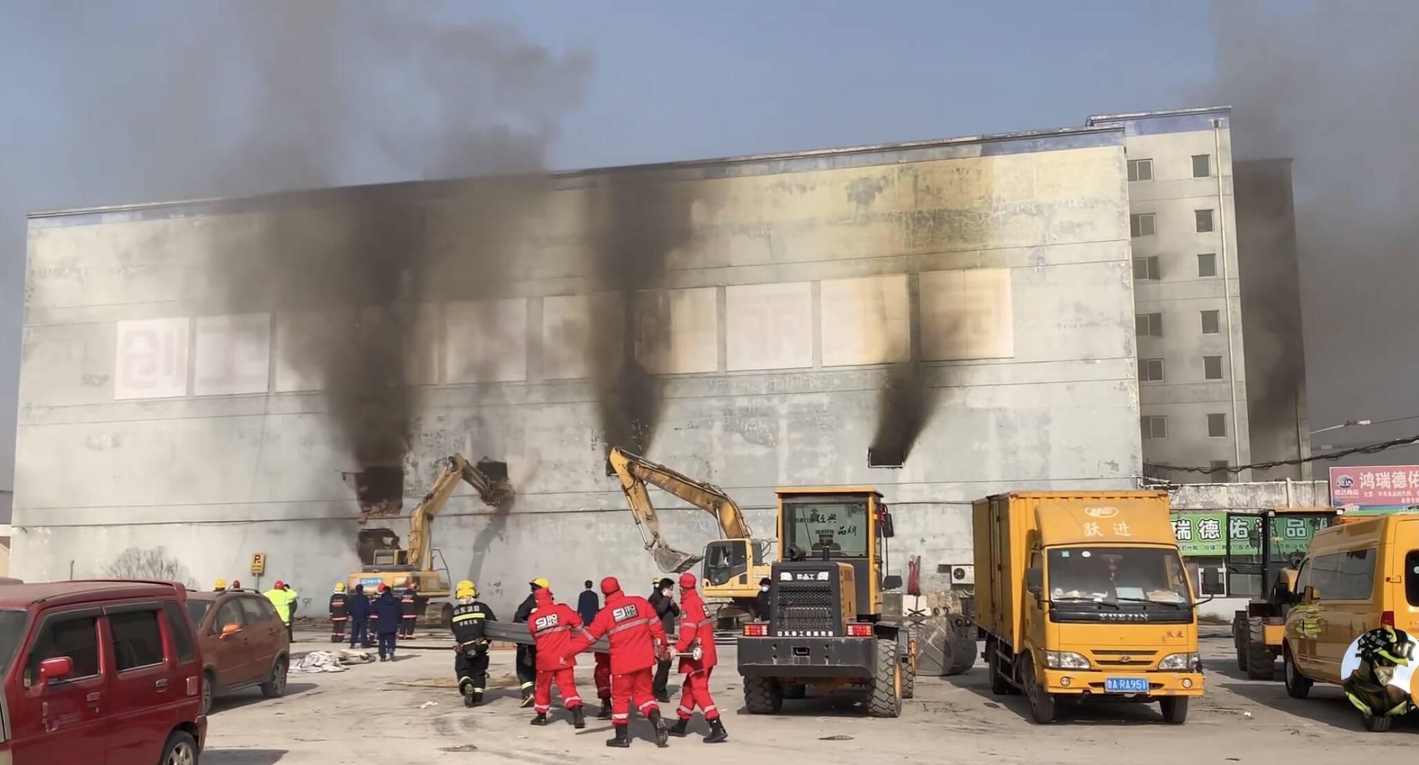 组图|济南一冷库突发火灾 消防人员破拆外墙排浓烟