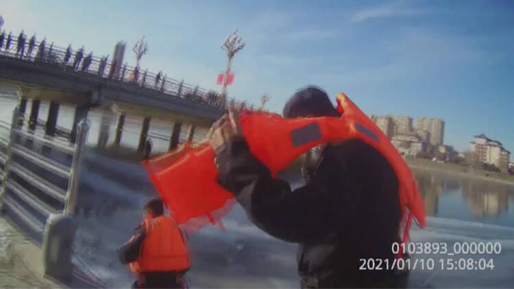 45秒│零下10度 潍坊临朐民警冰面上紧急救援落水群众