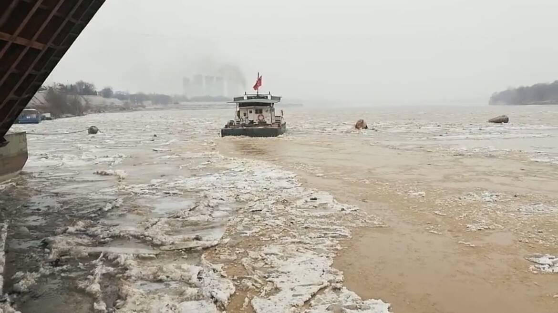 40秒|拖轮船实行破冰作业 确保黄河下游流通