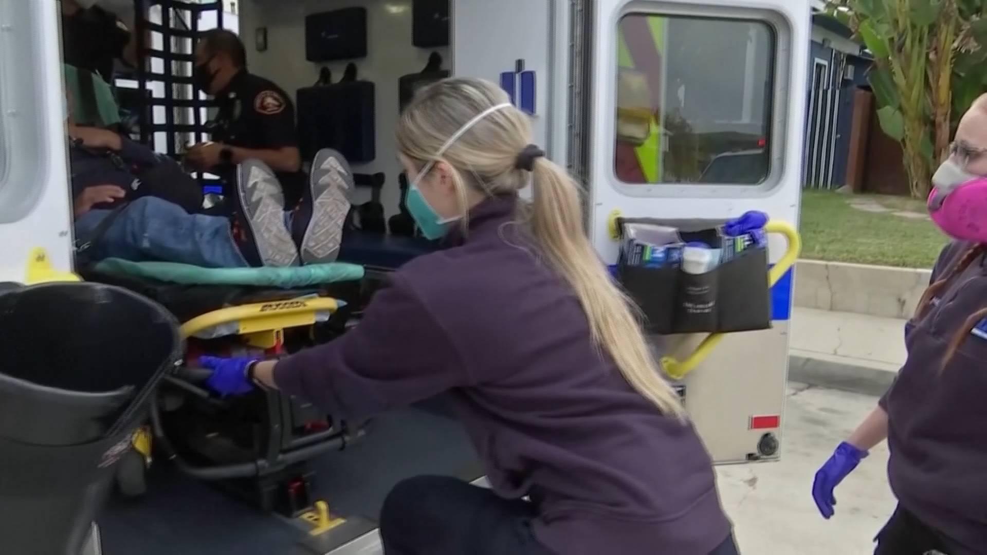 """全球战""""疫""""丨每8分钟就有1人因新冠肺炎死去 美国洛杉矶县部分病人躺推车上接受治疗"""