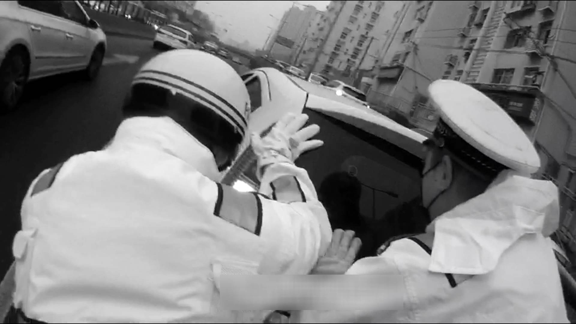 69秒|轿车高架路上抛锚 青岛4名执勤交警推行860多米让出通行道路