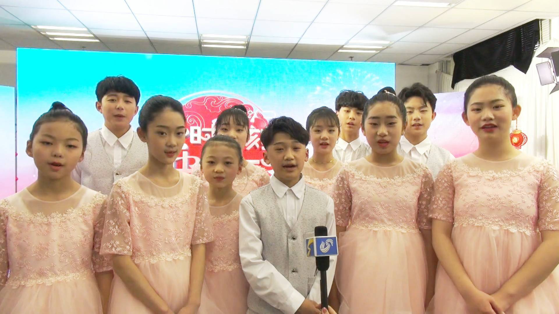 """17秒丨山东广播电视台新闻频道上线 """"小石头和孩子们""""合唱团送上祝福"""