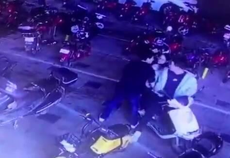 43秒|当街强抢小孩!广东汕头警方:该男子已被带至公安机关审查