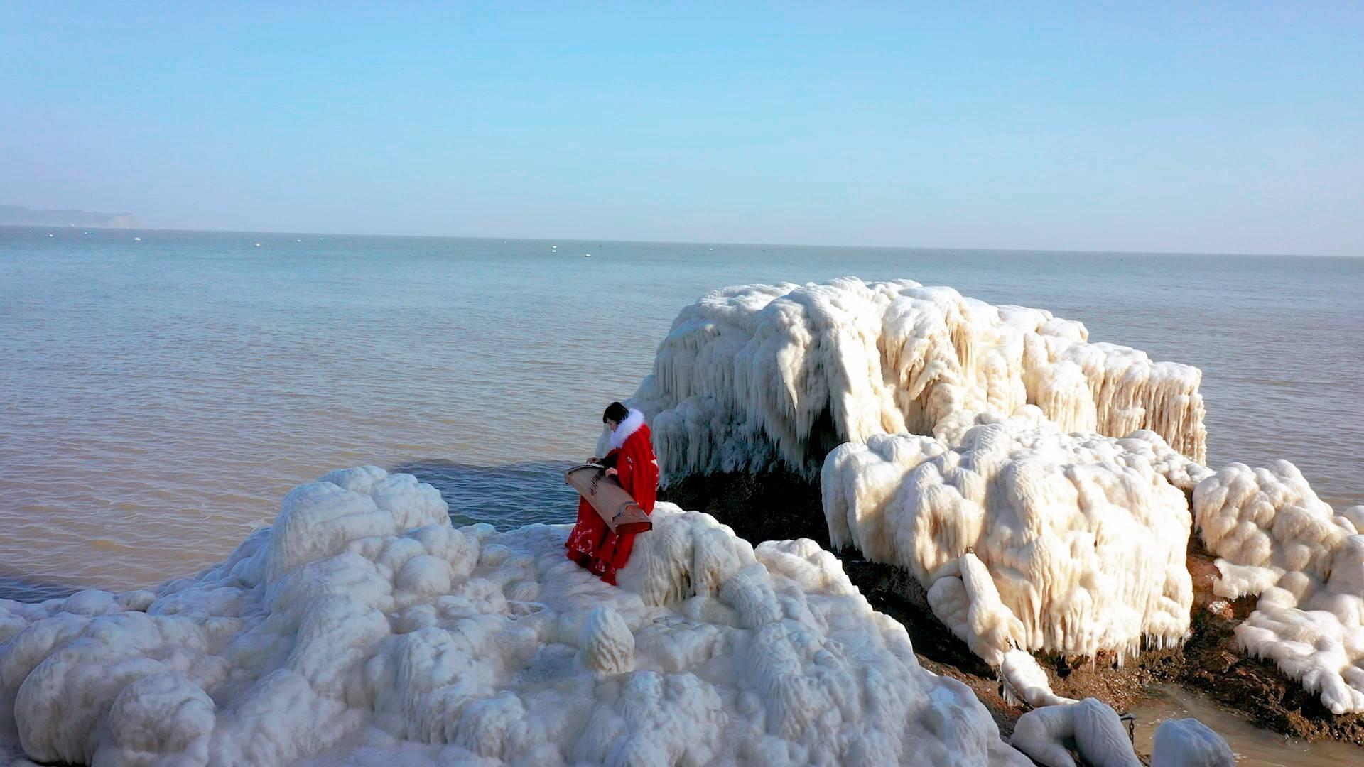 82秒|美轮美奂!寒潮来袭 蓬莱阁后海栈道再现冰凌景观