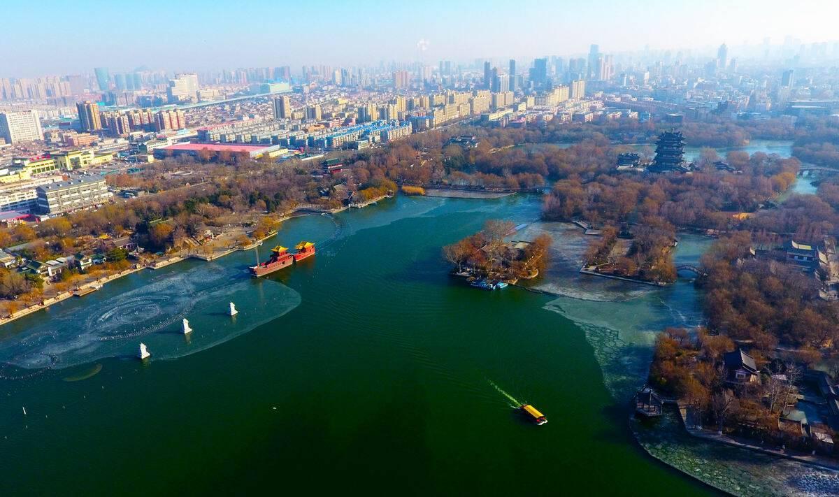 飞吧山东 114秒航拍俯瞰冬日济南大明湖静美风景