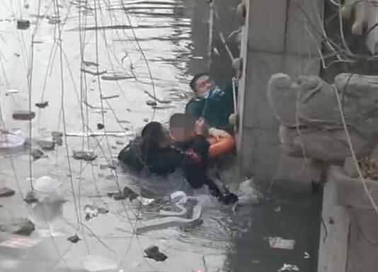 110,120联手救人一幕!为救孩子毫不犹豫跳入冰冷水中 为菏泽这两位民警和急救医生点赞