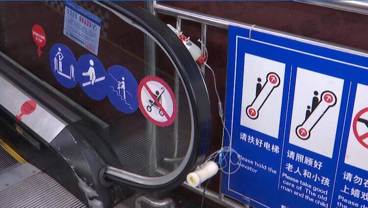 57秒|潍坊一商超用打点滴方式为手扶电梯滚动消毒 筑牢疫情防控安全线