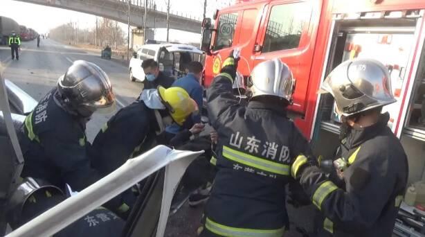 40秒|紧急救援!东营3车相撞2人被困 情况危急