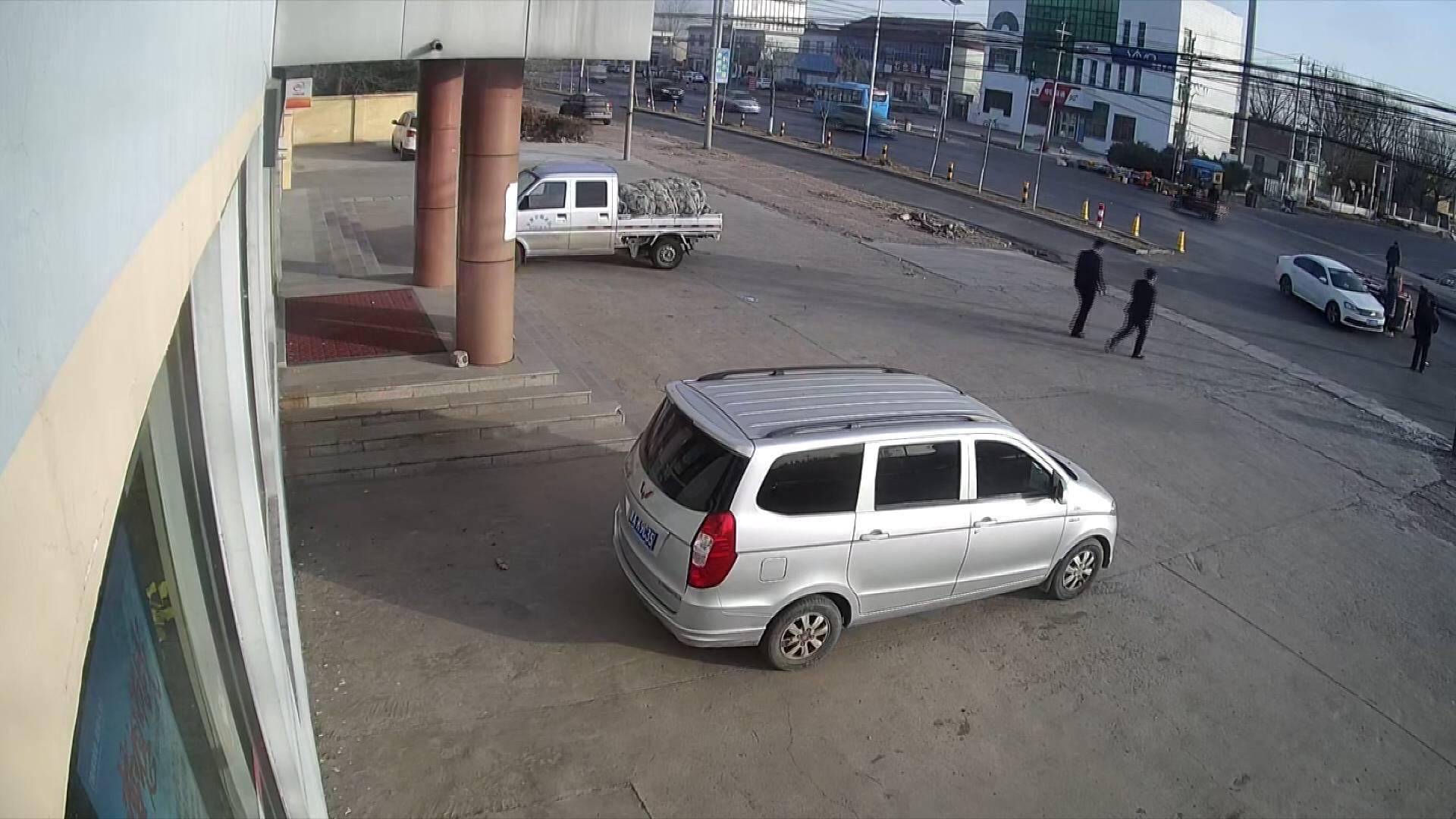 56秒|两老人突遇事故翻车被困 两小伙飞奔上前施援手