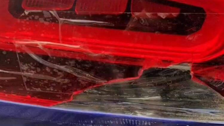 潍坊女子新买的奔驰车开进4S店检修 却被工作人员划了车?
