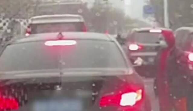 """环卫工人怒怼宝马车路口""""吐垃圾"""" 潍坊交警:乘车人罚款50元"""