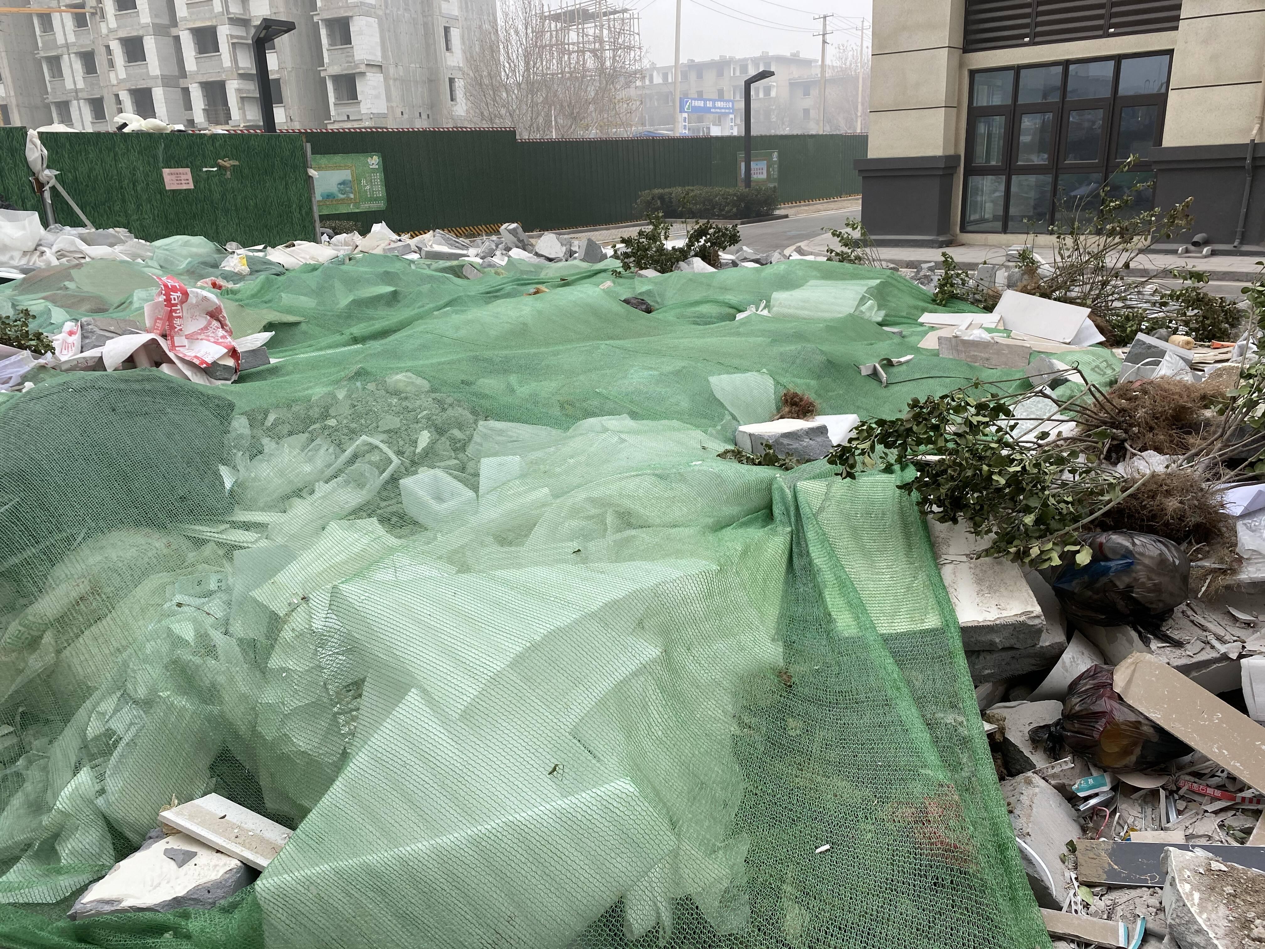 济南金科澜山公馆垃圾成堆大半年 物业承诺:月底前清理完毕