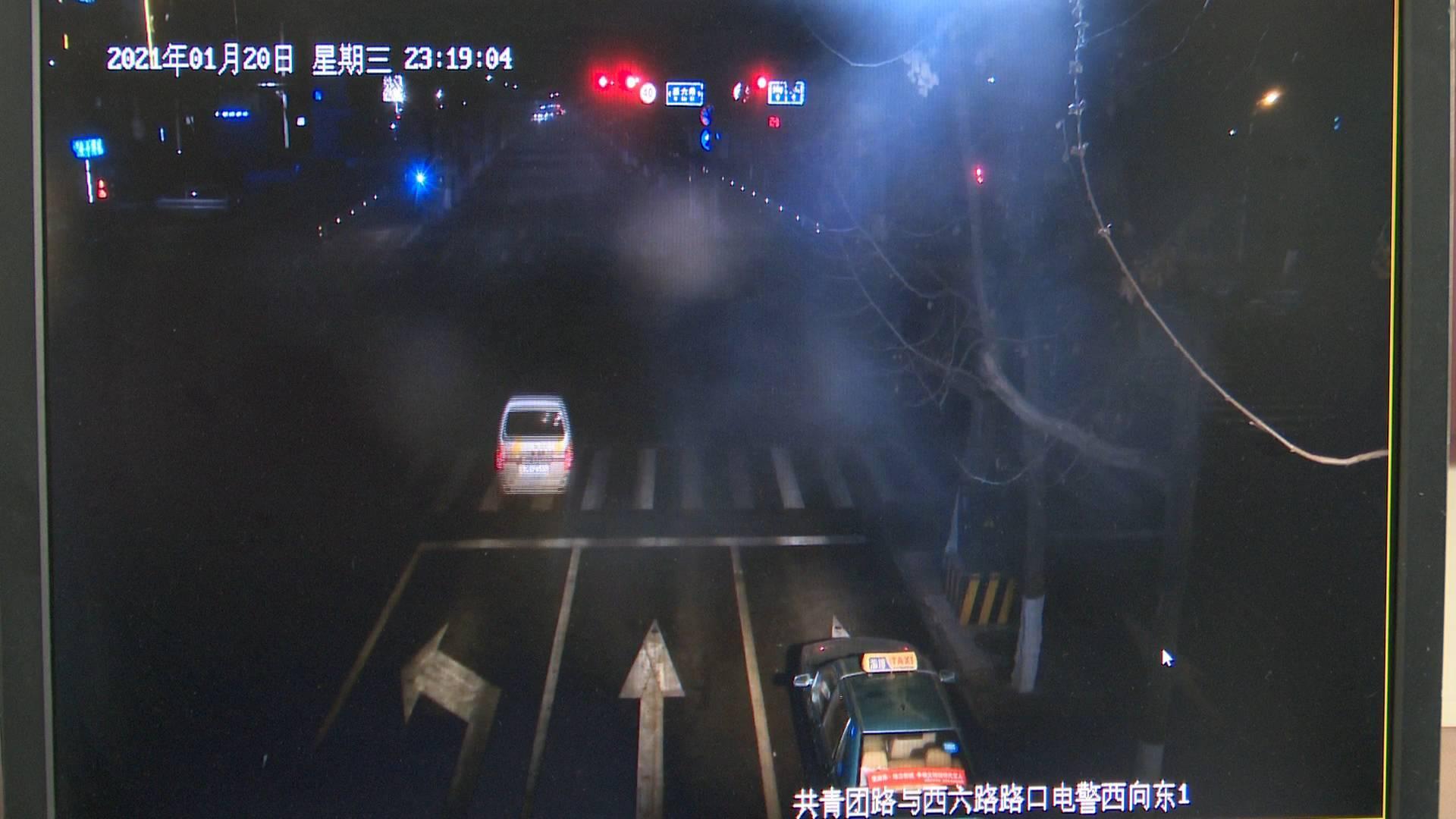 监控视频 淄博一女子深夜被撞 消防员闯红灯2分钟送医