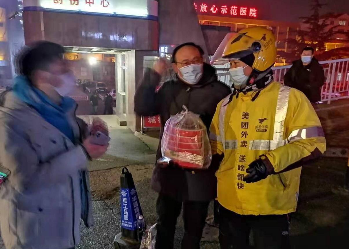 感动!闪电新闻记者寒风中直播栖霞事故救援 网友为记者订了外卖