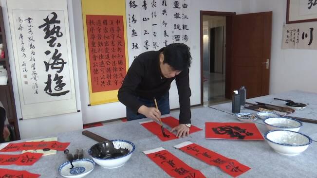41秒丨写春联 送福字 潍坊市坊子区志愿者送出牛年祝福