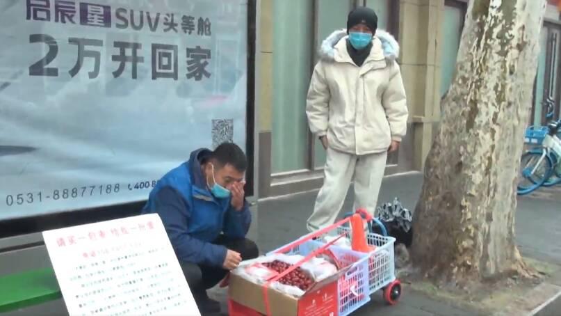 """请买一包!53岁""""父亲""""济南街头卖枣 只因患白血病的养子无钱医治"""
