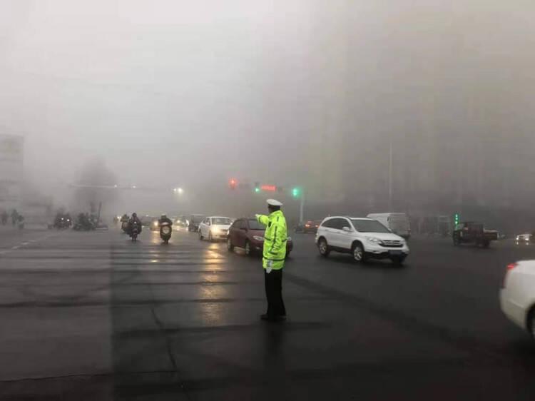 潍坊经济公安分局交警大队大雾恶劣天气全员上岗执勤护航市民平安出行