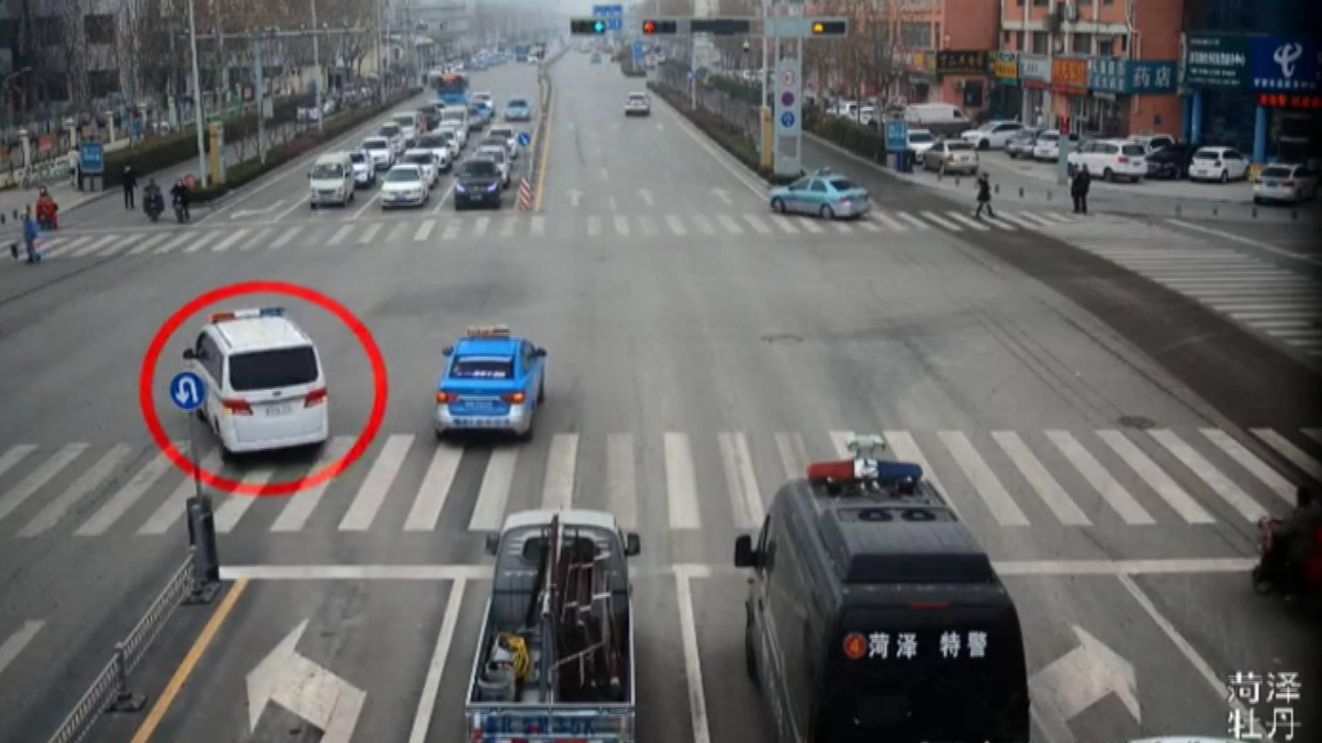 54秒丨菏泽3辆车闯红灯,不仅没扣分还被表扬了,咋回事?