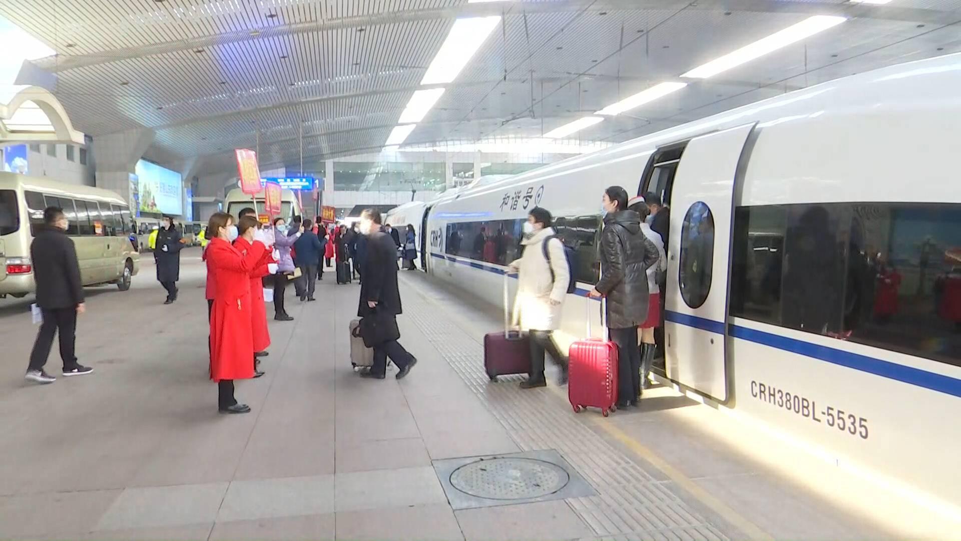 73秒 传民声献良策 参加山东省政协十二届四次会议的委员们陆续抵达济南