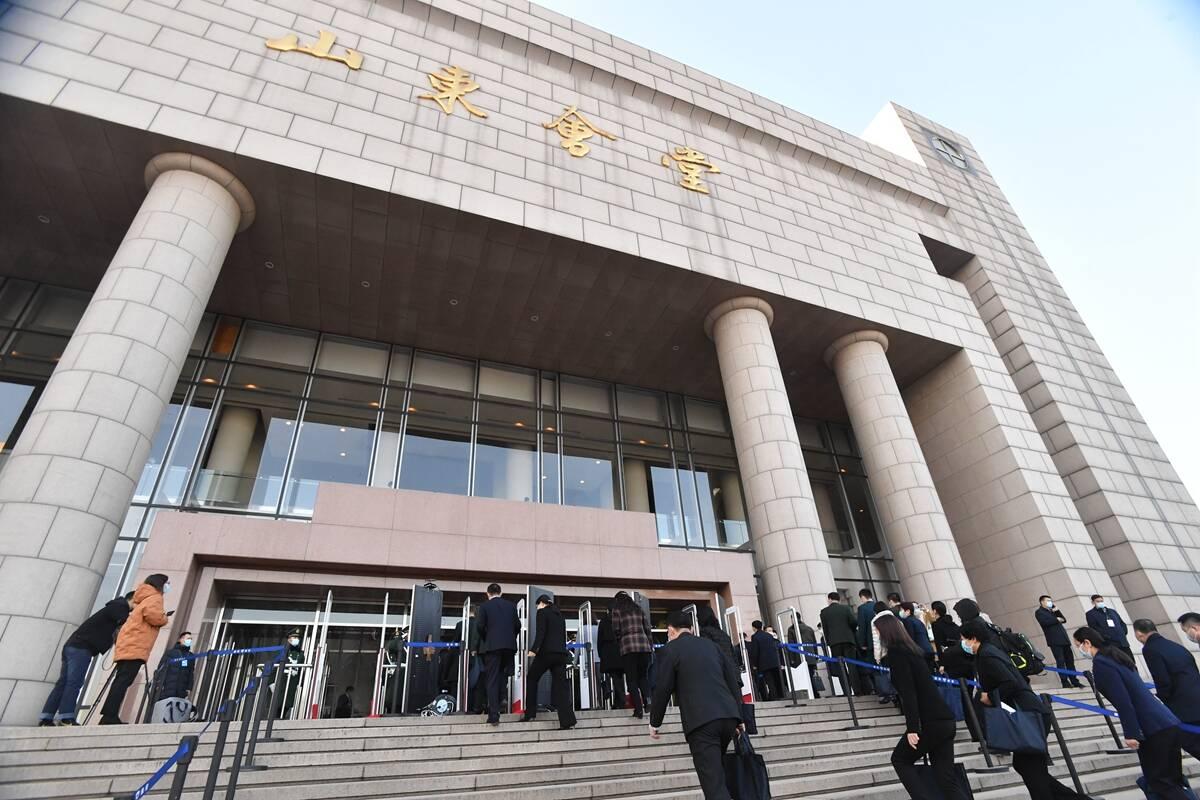 圖觀兩會|山東省十三屆人大五次會議開幕 代表委員步入會場