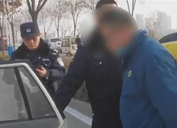 关闭车窗加速逃离 德州一男子强行闯卡轧伤民警后逃逸