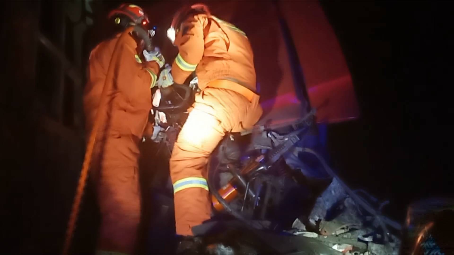 42秒|司机行车途中打电话酿车祸1人被困 德州消防紧急救援
