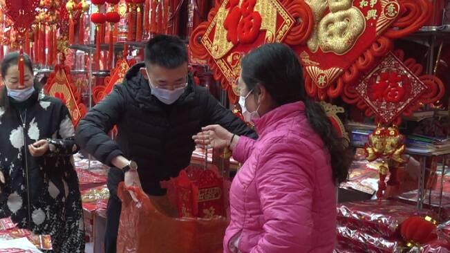 """64秒丨一店铺一天销售两三千元!潍坊节庆商品卖""""火""""了"""