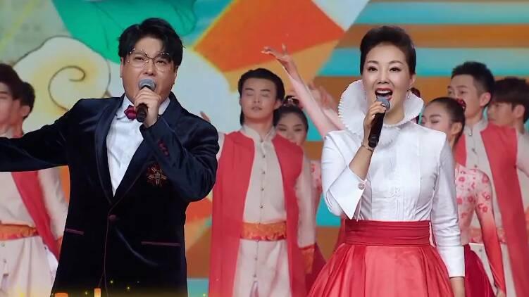 2021山东春晚丨《爱我中国爱我家》:一家人手挽手 新天新地有奔头