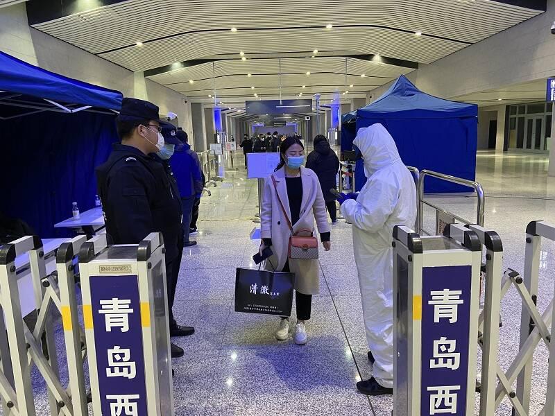 """【新春走基层】青岛西站治安派出所的第二次春运""""大考"""":让旅客平安回家过年"""