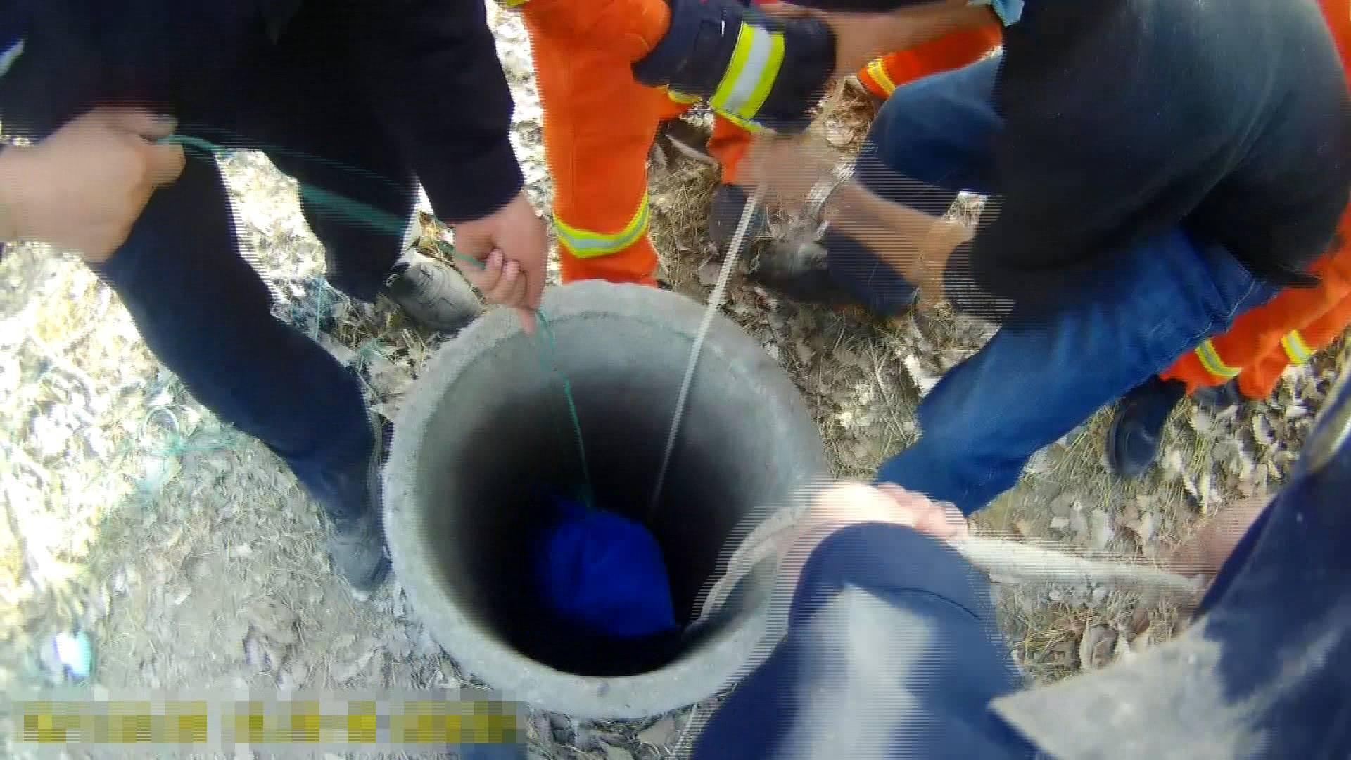 视频|民警两次下到30米深井救人 成功救人升井后自己缺氧体力透支瘫倒在地