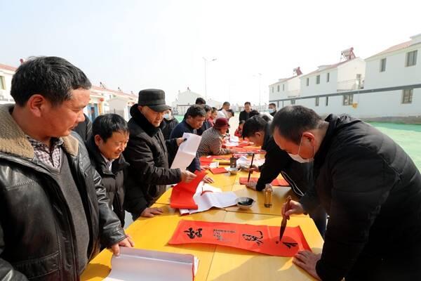 菏泽市委书记张新文到东明长兴集8号新村看望乔迁新居群众