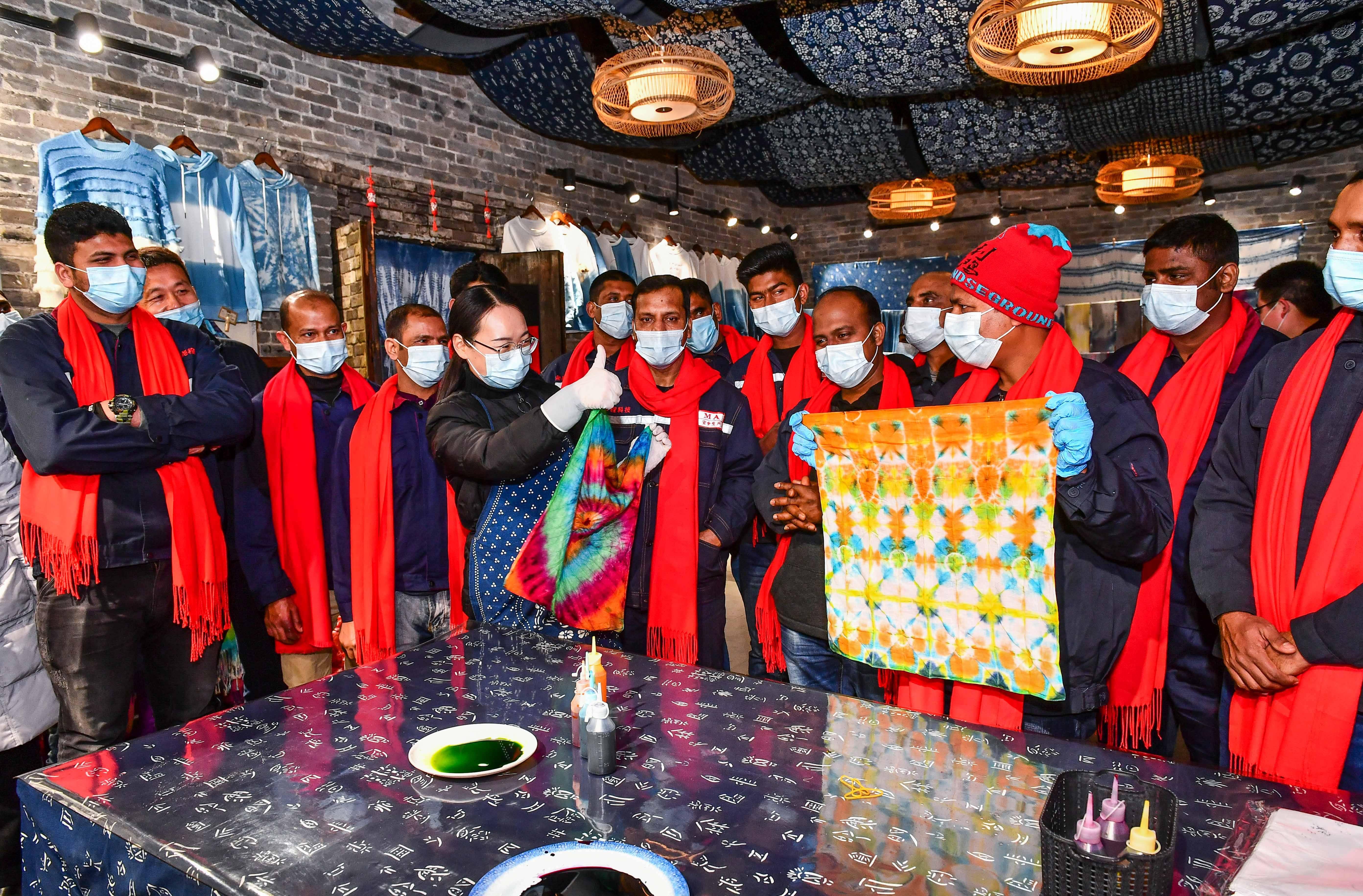 山东台儿庄:外籍务工人员就地过年 感受中国传统文化
