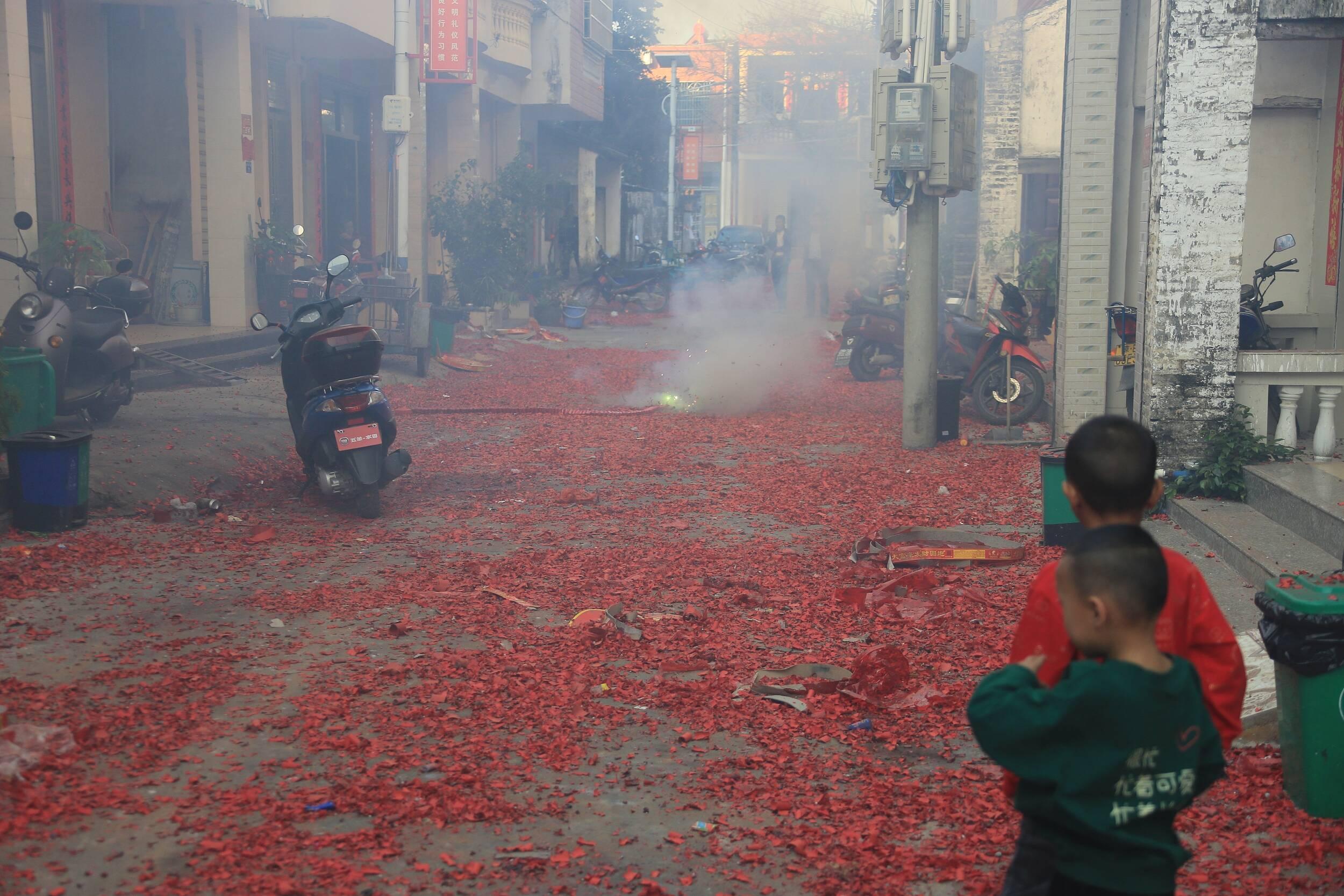 闪电评论丨儿童窨井放鞭炮致爆炸事件频发 安全教育要跟上